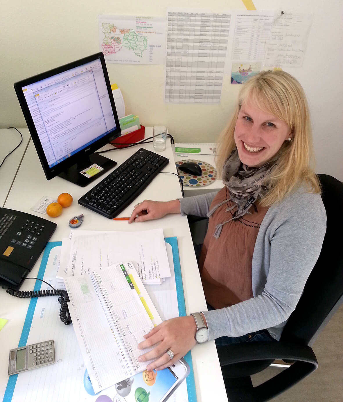 Foto Isabel am Schreibtisch